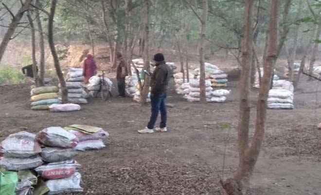 धनबाद में बंद कोयला खदान से 400 बोरा अवैध कोयला जब्त