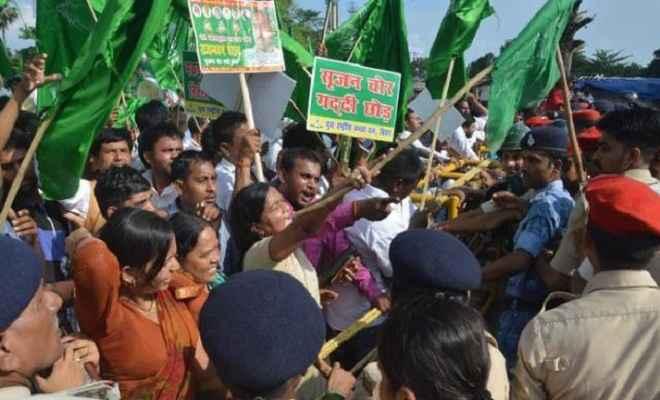 युवा राजद के राजभवन मार्च के दौरान हंगामा,पुलिस ने किया लाठी चार्ज