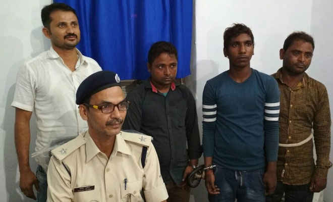 चरस समेत चकिया पुलिस के हत्थे चढ़े तीन बदमाश, शिक्षिका से रुपये झपट भाग रहे थे फिर...