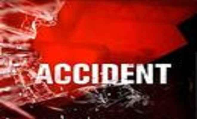 अनियंत्रित मोटरसाइकिल से गिरे तीन युवक, दो की मौत