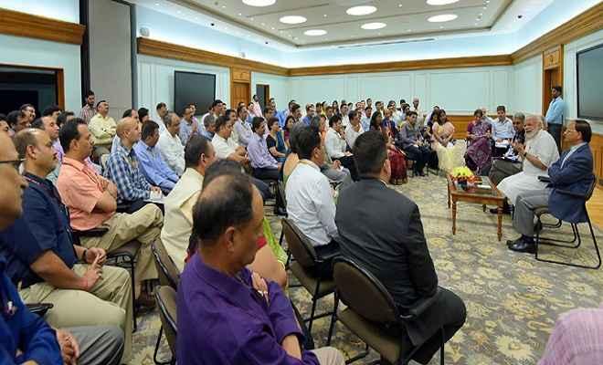 2022 तक नए भारत के निर्माण के लिए पूर्ण समर्पण से काम करें अधिकारीः प्रधानमंत्री