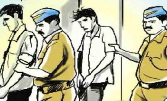 चिरैया एसबीआई प्रबंधक से मारपीट मामले में पूर्व विधायक पुत्र समेत दो ने किया सरेंडर, एक को पुलिस ने दबोचा