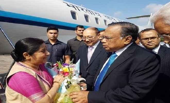 बांग्लादेश पहुंची सुषमा स्वराज, भारत-बांग्लादेश सलाहकार आयोग बैठक में लेंगी हिस्सा