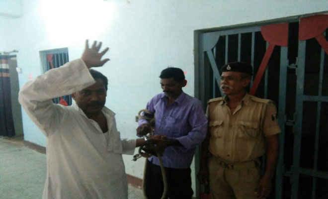 तुरकौलिया की शंकर सरैया पंचायत के पूर्व मुखिया कृष्ण कुमार गिरफ्तार, सरकारी कर्मी के घर चढ़ अभद्र व्यवहार का आरोप