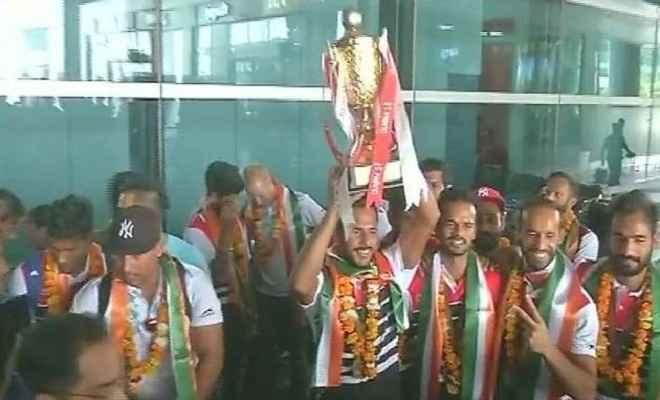 एशिया कप हॉकी का खिताब जीतने के बाद स्वदेश लौटी भारतीय टीम