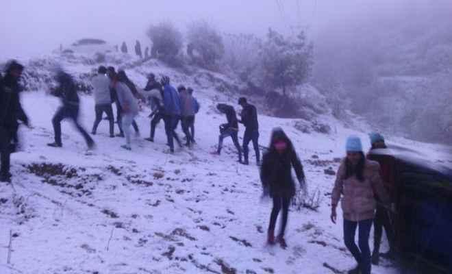 बर्फबारी से पर्यटक स्थलों पर पहुंचने लगे पर्यटक