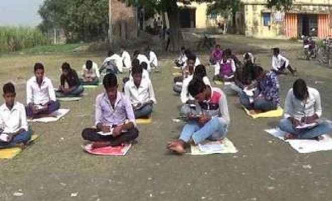 गोपालगंज के सरकारी स्कूल में खुले आसमान के नीचे बच्चे दे रहे सेंटअप की परीक्षा