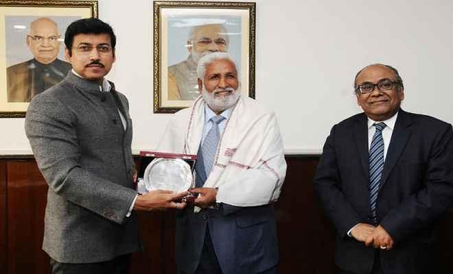 खेलमंत्री ने भारतीय फुटबॉल टीम के पूर्व कप्तान गुरदेव सिंह को किया सम्मानित