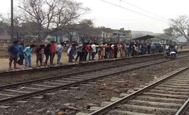 धनबाद के समीप ट्रेन से कट कर युवक की मौत