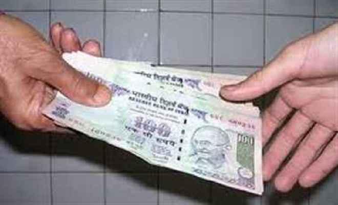 राजस्व कर्मचारी तीन हजार रुपये घूस लेते गिरफ्तार