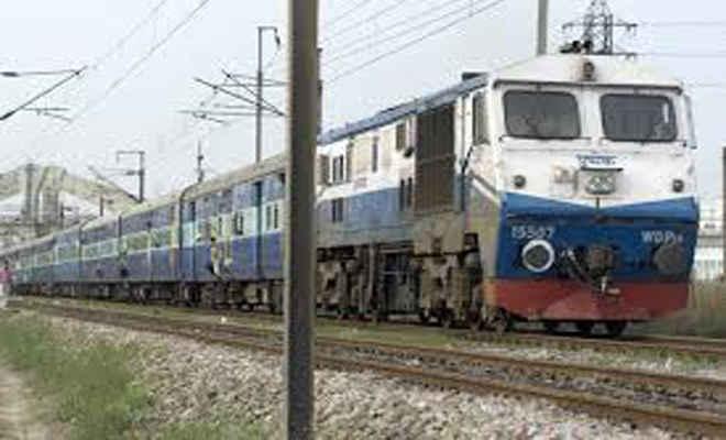 गेट पर स्टंट कर रहे युवक की ट्रेन से गिरकर मौत