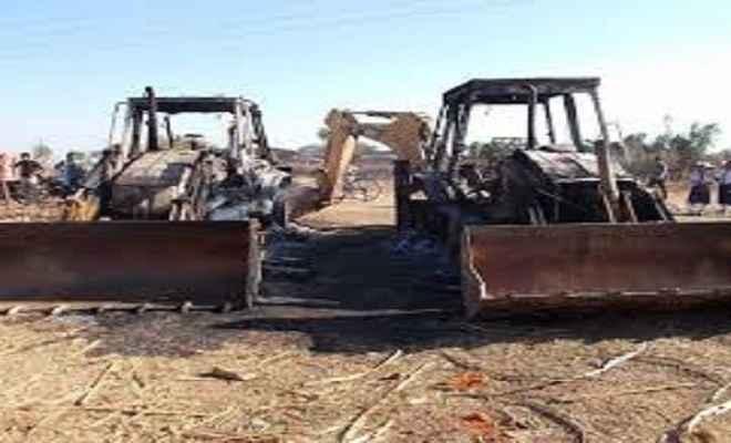 लातेहार में उग्रवादियों ने मचाया उत्पात, वाहन फूंके