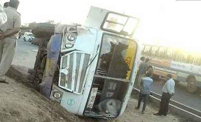 सीवान जा रही कोच पलटने से एक दर्जन यात्री घायल