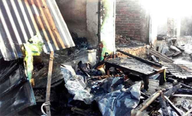 डेली मार्केट की पांच दुकानें जलीं, आठ लाख का नुकसान