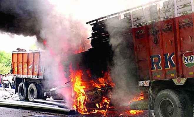दो ट्रकों में लगी आग