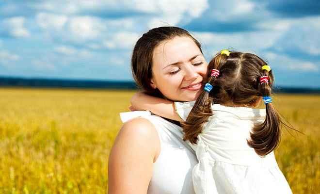 बच्चों के स्वास्थ्य के लिए जरूरी मां की प्यार भरी झप्पी