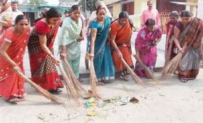भाजपा महिला मोर्चा ने मंदिरों में चलाया स्वछता अभियान