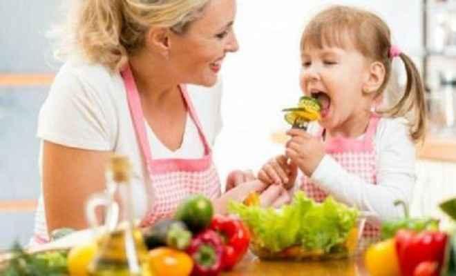 बच्चों को ऐसे खिलाएं स्वस्थ आहार