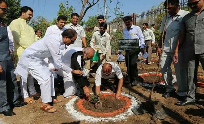 मोरारी बापू के साथ सीएम ने भी लगाए शौर्य स्मारक पर पौधे