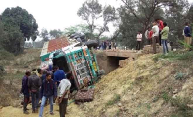 डाइवर्जन में गिरा 18 चक्का ट्रक, चालक और उपचालक की मौत