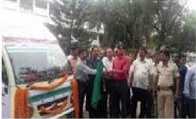 गांधी रथ प्रचार वाहन को डीएम ने हरी झंडी दिखाकर किया रवाना