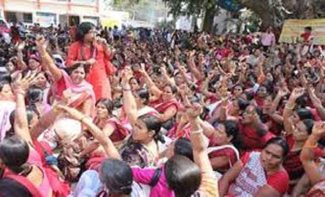 बिहार में आंगनबाड़ी सेविकाएं हड़ताल पर, बच्चों का भविष्य अधर में