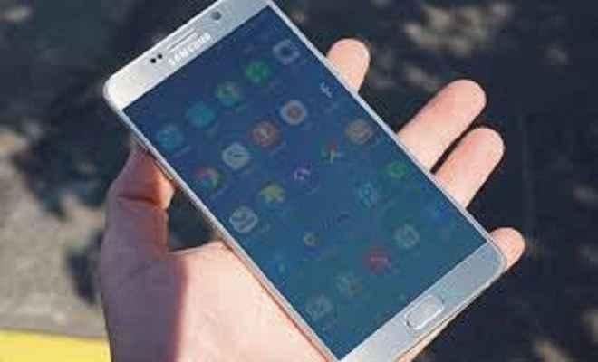 परीक्षा देने आयीं छात्राओं का मोबाइल चोरी