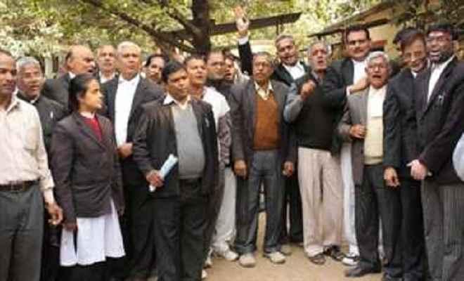 अधिवक्ताओं ने किया विरोध प्रर्दशन
