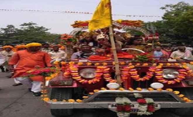सीवान के नथनपुरा गांव में कलश यात्रा के साथ रुद्र महायज्ञ शुरू