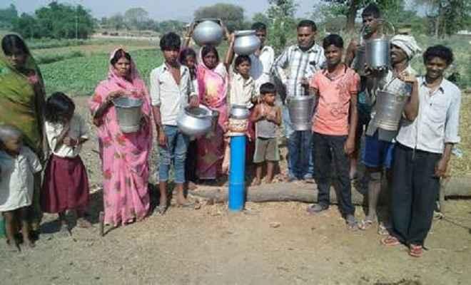 सिसरी पंचायत के ग्रामीण पानी के लिए परेशान, दूर से लाने को मजबूर