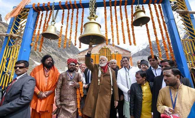 प्रधानमंत्री नरेंद्र मोदी केदारनाथ मंदिर में भगवान शिव की उपासना करने के बाद