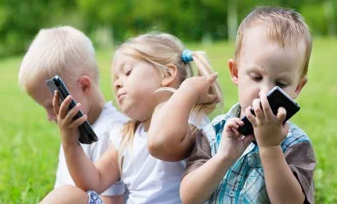 स्मार्टफोन, टैबलेट से खेलने वाले बच्चे बोलेंगे देर से
