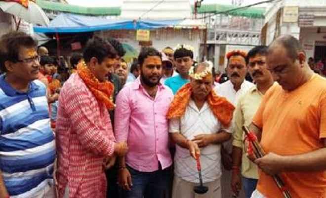 सीपी सिंह ने बाबा के मंदिर में की पूजा-अर्चना