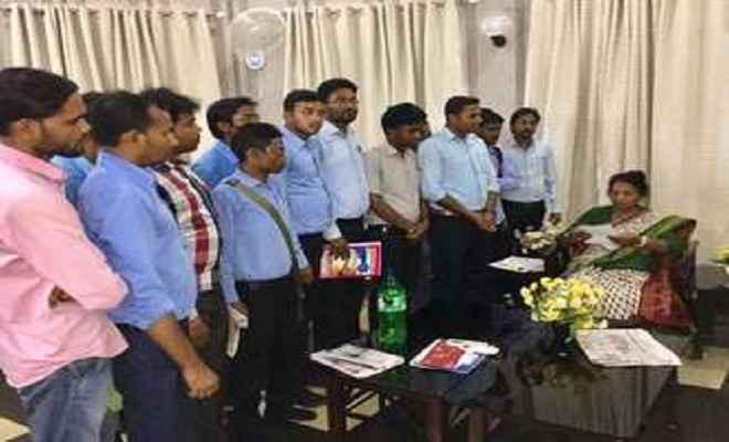 छात्रवृति कटौती के विरोध में मंत्री से मिले छात्रा