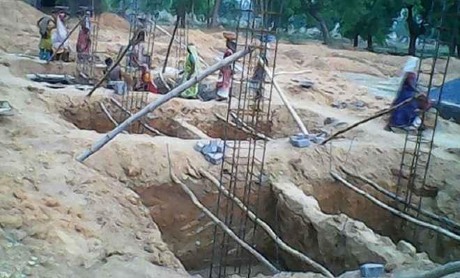 अंचल भवन निर्माण कार्य में लगे हैं छह से अधिक बाल मजदूर