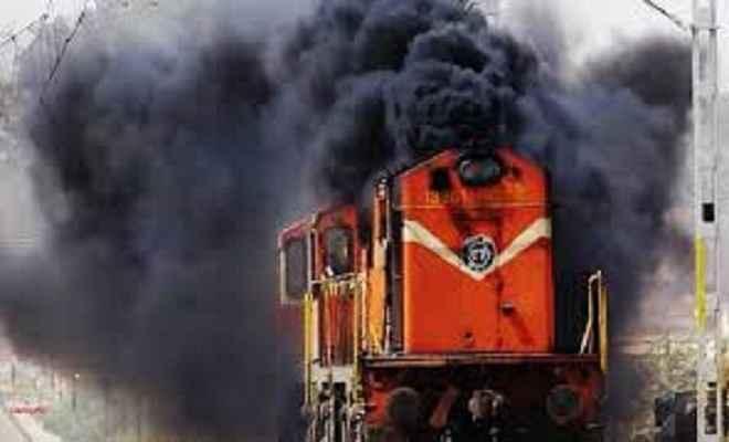 कोयला लदी मालगाड़ी में लगी आग