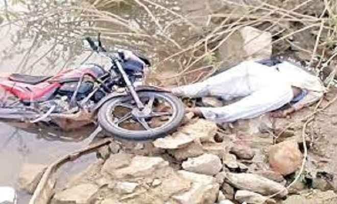 खाई में गिरी बाइक, तीन की मौत