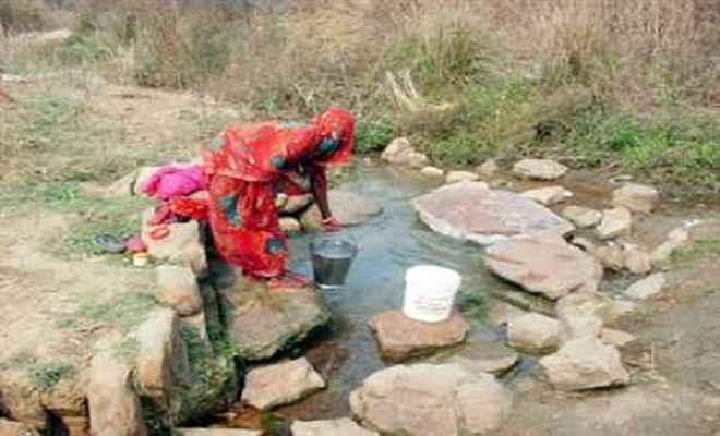 पानी की किल्लत में ताराजोरा के लोग झरने का पानी पीने को विवश