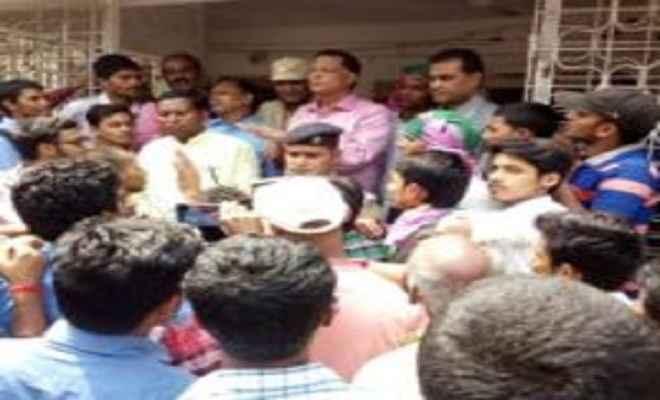इंटर के गलत रिजल्ट के विरोध में जाप ने की विवि में तालाबंदी