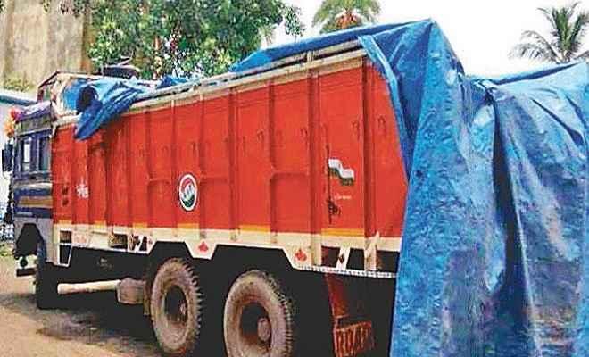 पुलिस ने छापामारी कर जब्त किए छह ट्रक