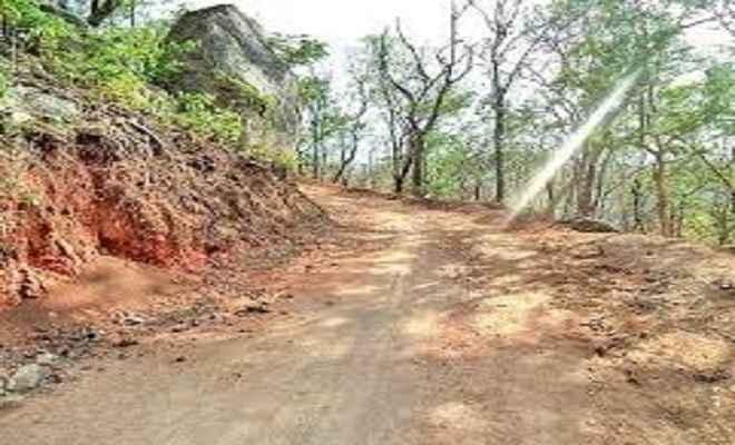 श्रम दान कर ग्रामीणों ने बनाया कच्ची सड़क