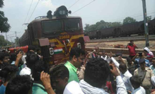 धनबाद-चन्द्रपुरा रेल लाइन बंद करने का भारी विरोध