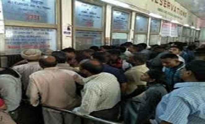 एक शिफ्ट में रेलवे आरक्षण काउंटर चलने से लोग परेशान