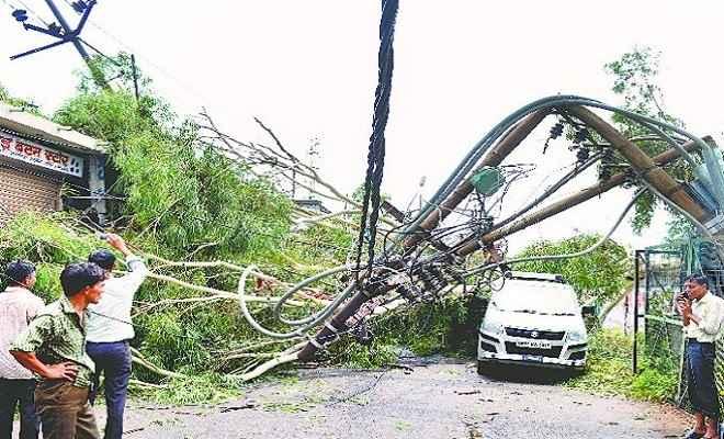 उमस भरी गर्मी के बाद आंधी-तूफान, कई घरों की छत उड़े