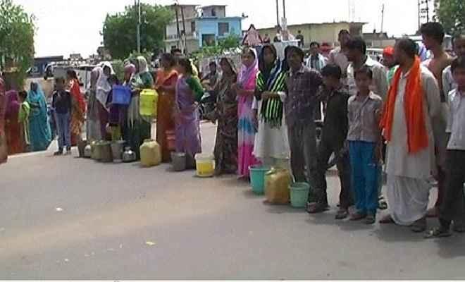 पानी की एक-एक बूंद के लिए तरस रहें रेड़वा ग्रामवासी