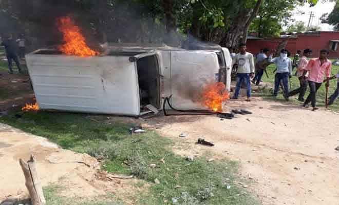 बिहारशरीफ में आक्रोशित छात्रों ने पुलिस जीप फूंकी, रेल व सड़क मार्ग किया जाम