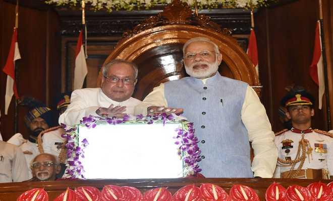 जीएसटी को लॉंच करते हुए राष्ट्रपति प्रणव मुखर्जी और प्रधानमंत्री नरेंद्र मोदी