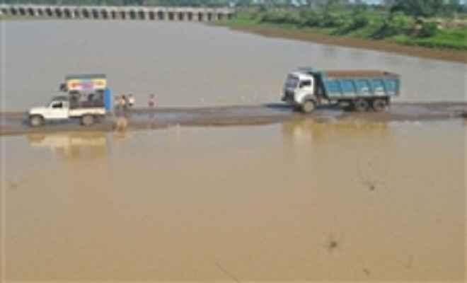 भैना पुल के डायवर्सन पर चढ़ा बाढ़ का पानी, कहलगांव से भागलपुर का सड़क संपर्क टूटा