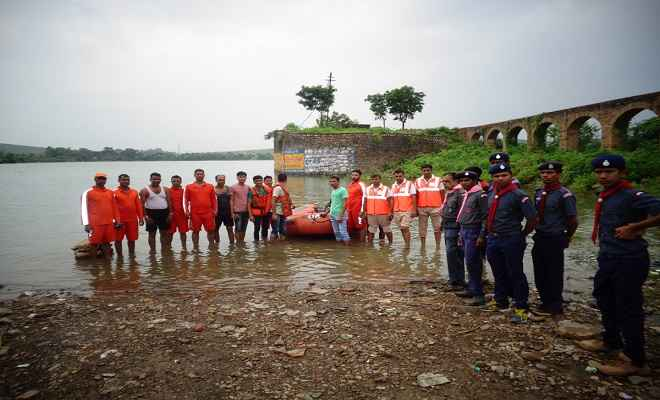 बाढ़ से जूझ रहे लोगों की रक्षा में जुटी है एसडीआरएफ की टीम