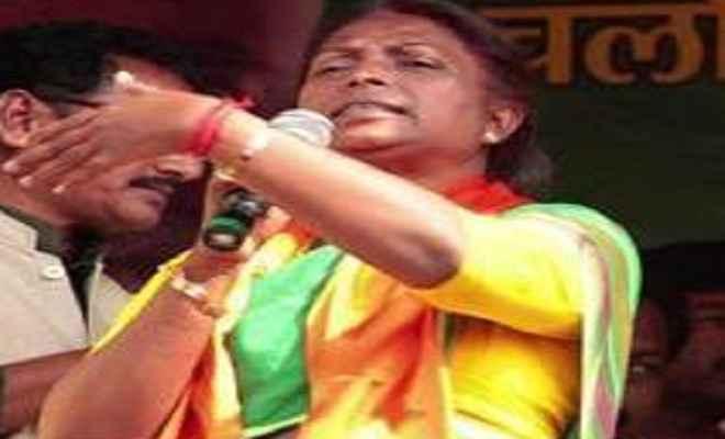 मंत्री ने दो लाख का चेक मजदूर की विधवा को सौंपा
